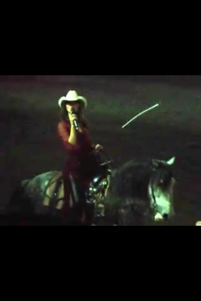 guapisima en caballo cantando en Ferrari y toda la cosa!